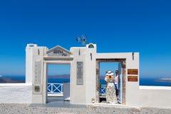 Santorini Kreta, Grekland: Ö Thira, Santorini Härlig vit dörr mot en blå himmel och ett hav royaltyfri fotografi