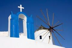 Santorini, a-kyrka och en Windmill Arkivfoton