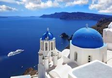 Santorini kyrkor i Oia, Grekland Royaltyfria Foton