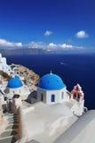 Santorini kyrkor i Oia, Grekland Royaltyfri Foto