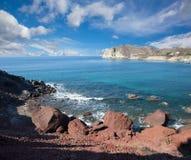 Santorini - la côte près de la plage rouge Image stock