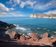 Santorini - la costa cerca de la playa roja Imagen de archivo