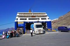 Santorini, la Grecia, il 24 settembre 2018, turisti da ogni parte del mondo arrivare o partire dal porto immagine stock