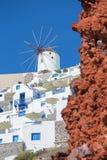 Santorini - la mirada a la parte de Oia con los molinoes de viento Imágenes de archivo libres de regalías