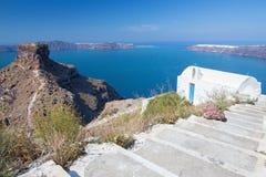 Santorini - la mirada típicamente a poca iglesia Agios Ioannis Katiforis en Imerovigli y el Skaros Imágenes de archivo libres de regalías
