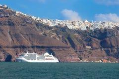 Santorini - la nave di passeggeri e la città di Fira nei precedenti Fotografia Stock