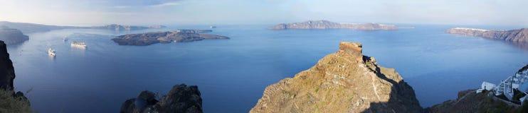 Santorini - la perspectiva sobre el castlet de Scaros en Imerovigili a la caldera con las travesías por mañana Foto de archivo libre de regalías