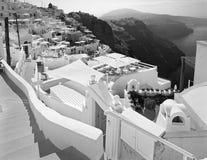 Santorini - la prospettiva sopra la località di soggiorno di lusso in Imerovigili alla caldera con il Fira nei precedenti Fotografia Stock Libera da Diritti