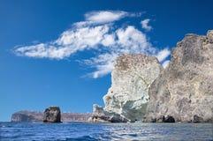 Santorini - la torre más blanca de la roca Imagen de archivo libre de regalías