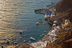 Santorini - le port d'Amoudi à Oia dans la lumière de coucher du soleil Image libre de droits