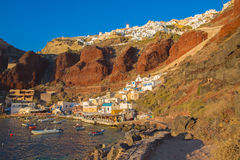Santorini - le port d'Amoudi d'Oia dans la lumière de coucher du soleil Photo libre de droits