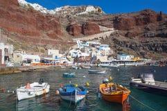 Santorini - le port d'Amoudi d'Oia dans la lumière de soirée Images libres de droits