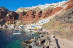 Santorini - le port d'Amoudi d'Oia dans la lumière de soirée Image stock