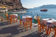 Santorini - le restaurint dans le port d'Amoudi d'Oia dans la lumière de soirée Photo libre de droits