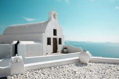 Santorini - lo sguardo a poca chiesa bianca nella parte ad ovest di OIA Fotografie Stock Libere da Diritti