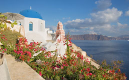 Santorini - The look across the flowers to typically church in Oia Stock Photo