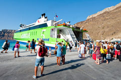 SANTORINI- 28 LUGLIO: Bordo di turisti sul traghetto il 28 luglio 2014 sul porto di Thira Santorini, Grecia Immagini Stock