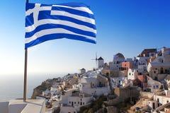 Santorini med windmills i Oia, Grekland Royaltyfri Bild