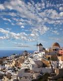 Santorini met windmolens in Oia, Griekenland Stock Fotografie