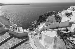 Santorini - mire de ciudad abajo para abrigar Amoudi en Oia Imágenes de archivo libres de regalías