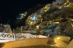 Santorini - mire de ciudad abajo para abrigar Amoudi en Oia Fotografía de archivo libre de regalías