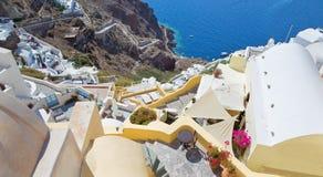 Santorini - mire de ciudad abajo para abrigar Amoudi en Oia Imagen de archivo libre de regalías