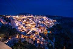 Santorini na noite, um dos destinos os mais bonitos do curso do mundo Vista panor?mica na capital da ilha, Fira fotos de stock royalty free