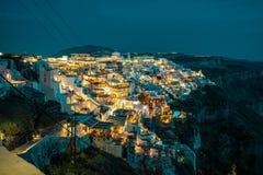 Santorini na noite, um dos destinos os mais bonitos do curso do mundo Vista panor?mica na capital da ilha, Fira foto de stock