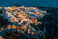 Santorini na noite, um dos destinos os mais bonitos do curso do mundo Vista panor?mica na capital da ilha, Fira fotografia de stock royalty free