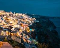 Santorini na noite, um dos destinos os mais bonitos do curso do mundo Vista panor?mica na capital da ilha, Fira fotografia de stock