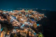 Santorini na noite, um dos destinos os mais bonitos do curso do mundo Vista panor?mica na capital da ilha, Fira imagens de stock