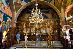 SANTORINI, OIA 28 DE JULIO: Interior de la iglesia de Agia Irini en julio 28,2014 en la ciudad de Oia en la isla de Santorini, Gr Foto de archivo libre de regalías
