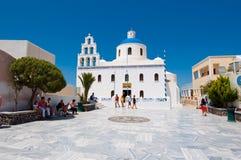 SANTORINI, OIA 28 DE JULIO: La iglesia del santo Irene en julio 28,2014 en el pueblo de Oia en la isla de Santorini, Grecia Fotografía de archivo