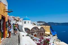 SANTORINI, OIA 28 DE JULIO: Los turistas van a hacer compras en julio 28,2014 en la ciudad de Oia en la isla de Santorini, Grecia Imagenes de archivo