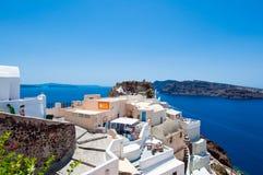SANTORINI, OIA 28 DE JULIO: Turistas en el castillo de Oia en julio 28,2014 en la ciudad de Oia en la isla de Santorini, Grecia Fotografía de archivo libre de regalías