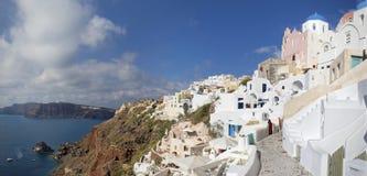 Santorini - Oia en het Therasia-eiland op de achtergrond Stock Afbeeldingen