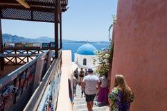 SANTORINI, 28 OIA-JULI: De toeristen gaan bekijken Oia gezichten op 24,2018 Juli in Oia stad op het Santorini-eiland, Griekenland Stock Foto's