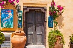 SANTORINI, OIA 28. JULI: Lokales Hotel auf der Oia-Straße 28,2014 im Juli in Oia-Stadt auf der Santorini-Insel, Griechenland Lizenzfreies Stockbild