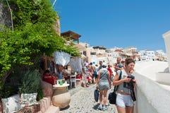 SANTORINI, 28 OIA-JULI: Toeristen op de Oia straat op 24,2018 Juli in Oia stad op het Santorini-eiland, Griekenland Royalty-vrije Stock Fotografie