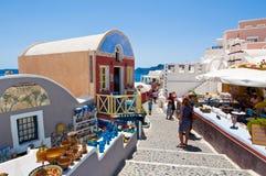 SANTORINI, OIA-JULY 28: Turyści robią zakupy na Lipu 24,2018 w Oia miasteczku na Santorini wyspie, Grecja Zdjęcia Stock