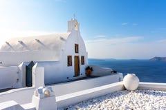 Santorini, Oia-Stadtkirche auf der Klippe lizenzfreies stockbild