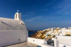 Santorini, Oia-Stadtkirche auf der Klippe lizenzfreies stockfoto