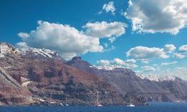 Santorini - os penhascos do calera com os cruzeiros com o Imerovigli e o Skaros Fotos de Stock Royalty Free