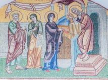 Santorini - ovannämnd ingång för mosaik av presentation i templet på fasaden av den ortodoxa storstads- domkyrkan i Fira Royaltyfri Foto