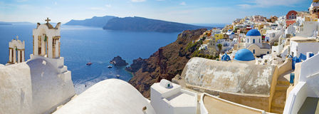 Santorini - panorama Oia i Therasia wyspa w tle zdjęcie royalty free