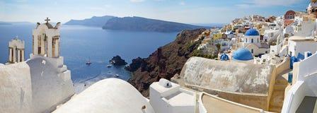 Santorini - panoraman av Oia och den Therasia ön Arkivbilder