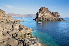 Santorini - poca isla debajo de Oia Imagenes de archivo