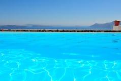 Santorini por la piscina fotografía de archivo libre de regalías
