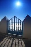 Santorini, puerta contra puesta del sol en Fira Fotografía de archivo