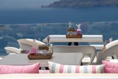 Santorini restaurangdetalj på den Fira och Oia staden i resande tid för sommar arkivbild